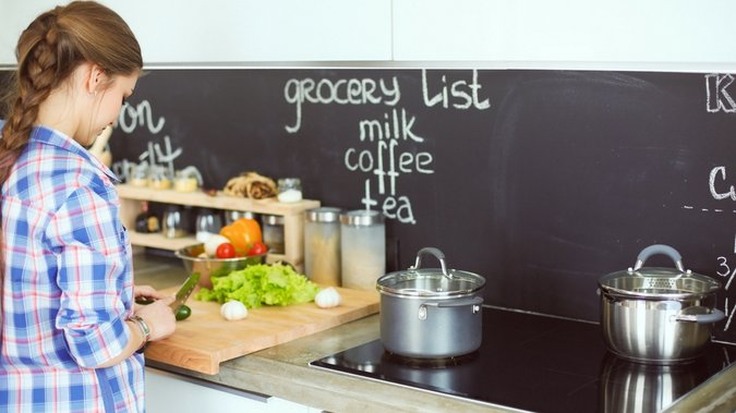 Préparer un repas pour famille nombreuse en utilisant une plaque à induction